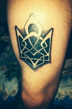 Татуировка в виде узора на ноге