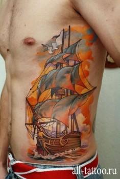Татуировка корабля на боку