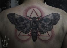 Тату на спине — мотылек с черепами на крыльях