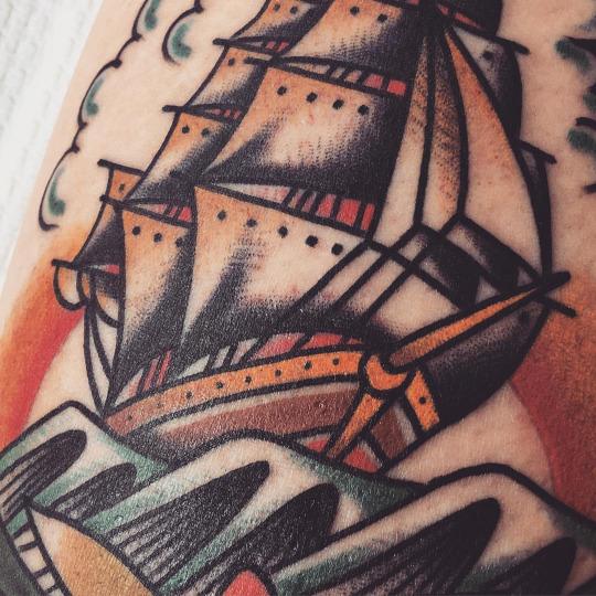 Татуировка корабля на ноге