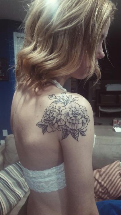 Тату розы на плече