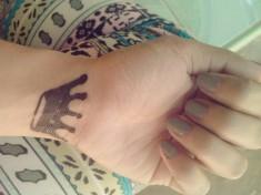 Татуировка короны на руке