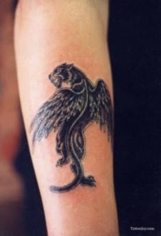 Татуировка на руке черной пантеры с крыльями