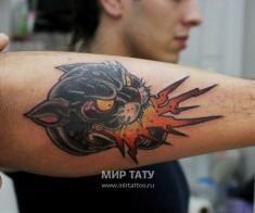 Цветная тату на руке «Огонь из пасти черной пантеры с желтыми глазами»