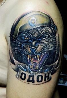 Мужская цветная татуировка на плече «Пантера в берете»