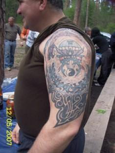 Цветная татуировка на все плечо на тему ВДВ
