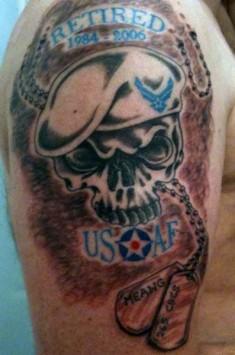 Цветная тату на плече с изображением злого черепа в берете