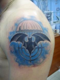 Татуировка цветная на плече «Летучая мышь, парашют, прицел»