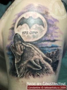 Тату на плече «Воющий волк на луну»