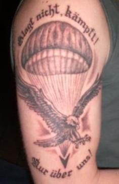 Тату на плече сокола и парашюта