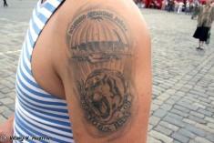 Татуировка с изображением тигра, парашюта и самолета с подписью «ВДВ»