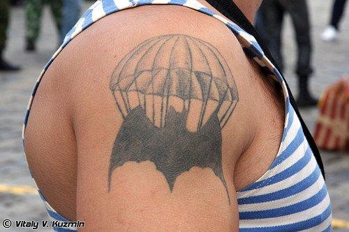 Тату летучей мыши с парашютом