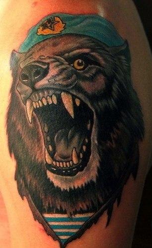 Цветная татуировка на плече с изображением волка