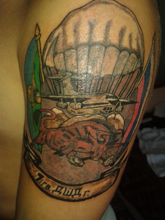 Цветная татуировка с изображением быка, самолета и купола парашюта
