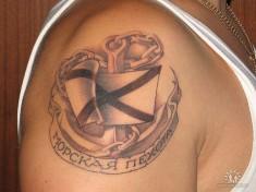 Тату с изображением якоря и флага и подписью «Морская пехота»
