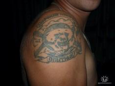 Тату на плече с изображением медведя и подписью «Морская пехота»