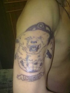 Тату на плече «Голова медведя и земной шар»