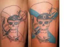 Доделанная татуировка в цвет — изображение черепа в берете на фоне морского флага