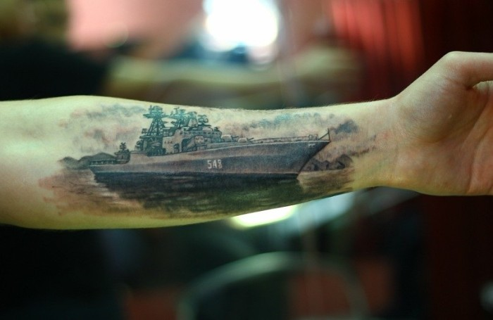 Тату военного корабля на руке