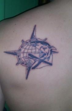 Татуировка на лопатке с изображением акулы